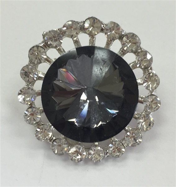 Rhinestone Button with Black Stone Surrounded by Clear Crystals on Silver Metal Botón de diamantes de imitación con piedra negra rodeado de cristales claros en metal plateado